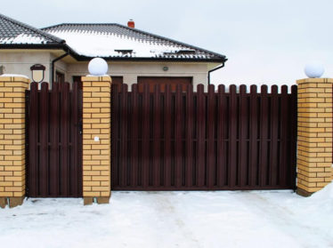 забор из евроштакетника с откатными воротами и калиткой